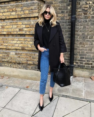 Cómo combinar: abrigo negro, jersey de cuello alto negro, vaqueros azules, zapatos de tacón de cuero negros