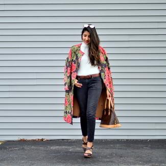 Cómo combinar: abrigo con print de flores negro, jersey de cuello alto blanco, vaqueros negros, sandalias con cuña de cuero en marrón oscuro
