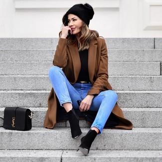 Cómo combinar: abrigo marrón, jersey de cuello alto negro, vaqueros celestes, botines de ante negros
