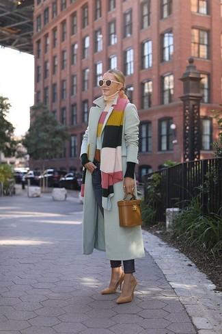 Cómo combinar: abrigo gris, jersey de cuello alto de rayas horizontales en multicolor, vaqueros azul marino, zapatos de tacón de ante marrón claro
