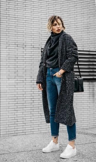 Cómo combinar: abrigo en gris oscuro, jersey de cuello alto de lana en gris oscuro, vaqueros azules, tenis de cuero blancos