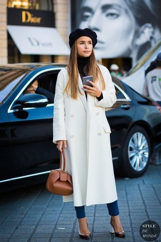 Cómo combinar: abrigo blanco, jersey de cuello alto negro, vaqueros pitillo azules, zapatos de tacón de cuero negros