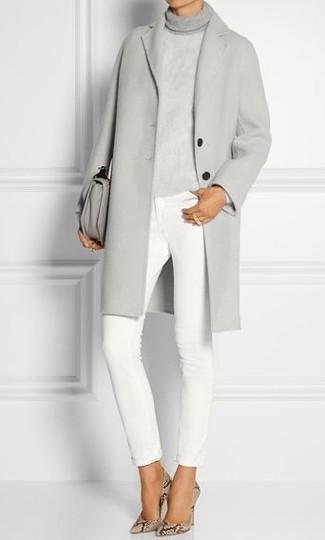 Cómo combinar: abrigo gris, jersey de cuello alto de punto gris, vaqueros pitillo blancos, zapatos de tacón de cuero con print de serpiente en beige