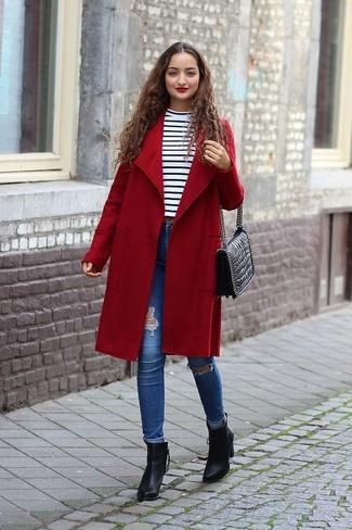 Cómo combinar: abrigo rojo, jersey de cuello alto de rayas horizontales en blanco y negro, vaqueros pitillo desgastados azules, botines de cuero negros