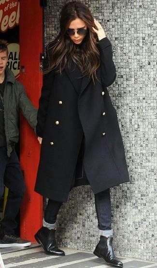 Cómo combinar: abrigo negro, jersey de cuello alto negro, vaqueros pitillo negros, botines chelsea de cuero negros