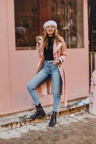 Cómo combinar: abrigo rosado, jersey de cuello alto negro, vaqueros pitillo celestes, botas planas con cordones de cuero negras