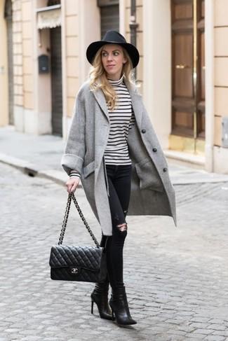 Cómo combinar: abrigo gris, jersey de cuello alto de rayas horizontales en blanco y negro, vaqueros pitillo desgastados negros, botines de cuero negros