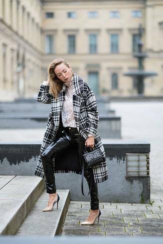 Cómo combinar: abrigo de pata de gallo en blanco y negro, jersey de cuello alto de encaje blanco, vaqueros pitillo de cuero negros, zapatos de tacón de cuero en beige