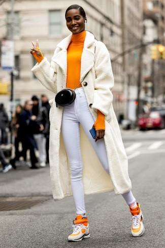 Cómo combinar: abrigo de forro polar blanco, jersey de cuello alto naranja, vaqueros pitillo blancos, zapatillas altas naranjas