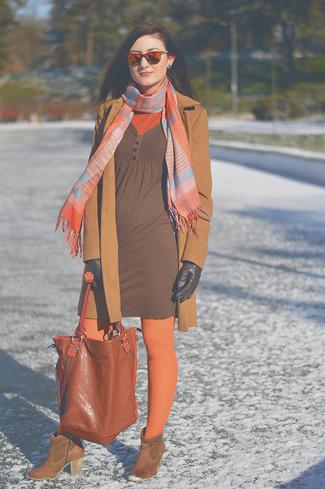 Cómo combinar: abrigo marrón claro, jersey de cuello alto naranja, vestido jersey marrón, botines de ante marrónes