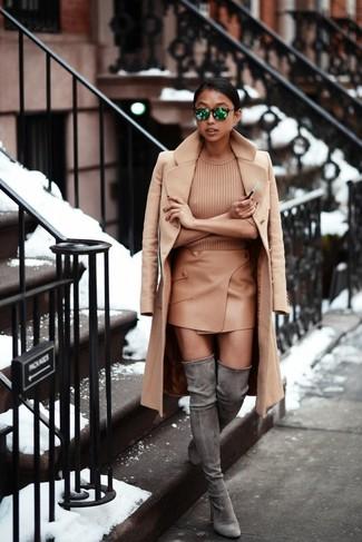Cómo combinar: abrigo marrón claro, jersey de manga corta marrón claro, minifalda de cuero marrón claro, botas sobre la rodilla de ante grises