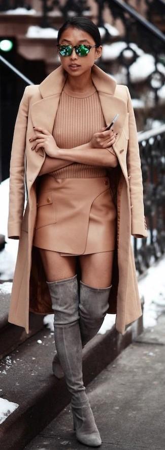 Cómo combinar: abrigo marrón claro, jersey de manga corta marrón claro, minifalda marrón claro, botas sobre la rodilla de ante grises