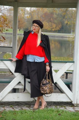 Casa un abrigo negro junto a una falda pantalón negra para una vestimenta cómoda que queda muy bien junta. Zapatos de tacón de ante de leopardo marrón claro añaden la elegancia necesaria ya que, de otra forma, es un look simple.