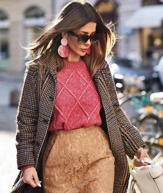 Cómo combinar: abrigo de pata de gallo en marrón oscuro, jersey de ochos rosa, falda lápiz de encaje marrón claro, bolso de hombre de cuero blanco
