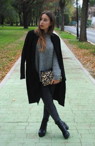 Cómo combinar: abrigo negro, jersey de ochos gris, leggings vaqueros en gris oscuro, botines con cordones de cuero negros