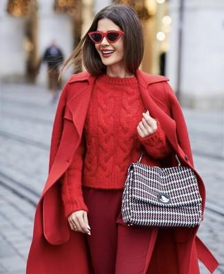 Cómo combinar: abrigo rojo, jersey de ochos rojo, pantalón de pinzas burdeos, bolso de hombre de tweed en multicolor