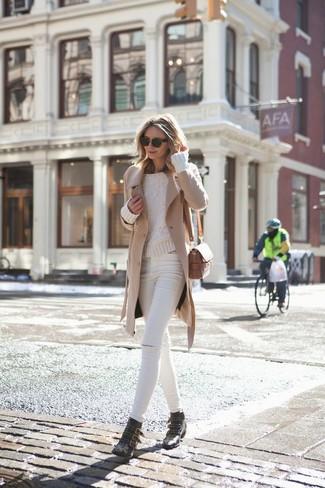 Cómo combinar: abrigo marrón claro, jersey de ochos en beige, vaqueros pitillo desgastados blancos, botines de cuero con tachuelas negros