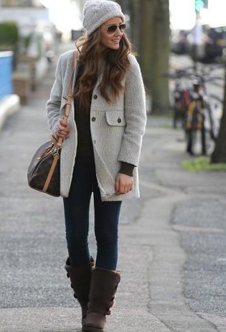 Cómo combinar: abrigo gris, jersey de ochos negro, vaqueros pitillo azul marino, botas ugg en marrón oscuro