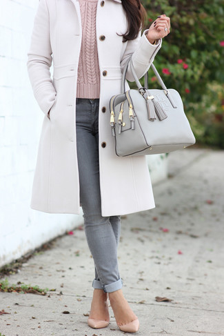 Cómo combinar: abrigo blanco, jersey de ochos rosado, vaqueros pitillo grises, zapatos de tacón de cuero en beige