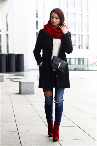 Cómo combinar: abrigo negro, jersey de ochos blanco, vaqueros pitillo desgastados azules, botines de ante rojos