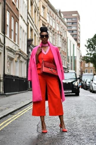 Cómo combinar: abrigo rosa, jersey de pico rojo, falda pantalón roja, zapatos de tacón de ante rojos