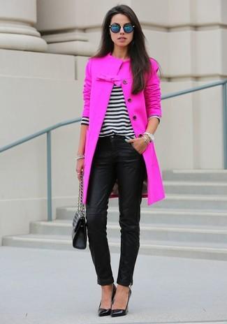 Un abrigo rosa y unos pantalones pitillo de cuero negros son un look perfecto para ir a la moda y a la vez clásica. Zapatos de tacón de cuero negros son una opción práctica para completar este atuendo.