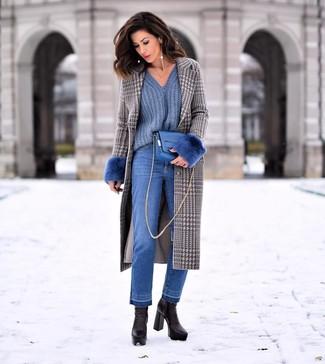 Cómo combinar: abrigo de pata de gallo gris, jersey de pico azul, vaqueros azules, botines de cuero negros