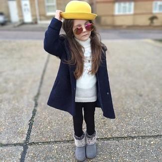 Cómo combinar: abrigo azul marino, jersey blanco, leggings negros, botas grises