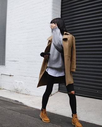 Cómo combinar: abrigo marrón claro, jersey oversized gris, camiseta con cuello circular blanca, vaqueros pitillo desgastados negros