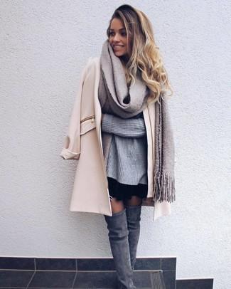 Cómo combinar: abrigo en beige, jersey oversized de punto gris, falda skater negra, botas sobre la rodilla de ante grises