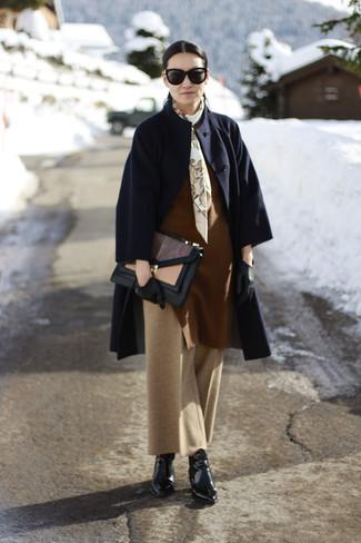 Cómo combinar: abrigo azul marino, jersey oversized marrón, pantalones anchos marrón claro, botines de cuero negros
