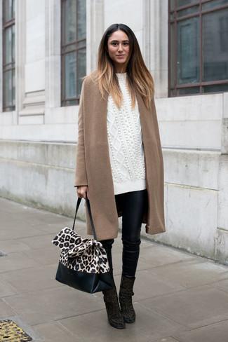 Cómo combinar: abrigo marrón claro, jersey oversized de punto blanco, pantalones pitillo de cuero negros, botines de ante negros