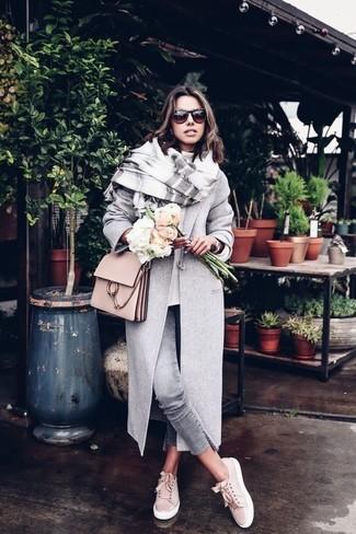 Cómo combinar: abrigo gris, jersey oversized blanco, vaqueros pitillo grises, tenis de ante en beige