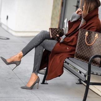 Cómo combinar: abrigo en tabaco, jersey oversized de punto gris, vaqueros pitillo desgastados grises, botines de ante grises