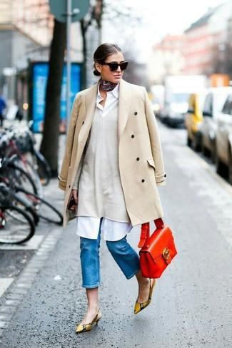 Cómo combinar: abrigo en beige, jersey oversized en beige, vestido camisa blanca, zapatos de tacón de cuero con print de serpiente marrón claro