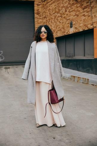 Cómo combinar: abrigo gris, jersey oversized de punto blanco, vestido largo en beige, botines de ante en beige