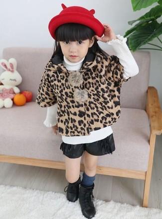Cómo combinar: abrigo de leopardo marrón claro, jersey blanco, pantalones cortos de cuero negros, botas negras