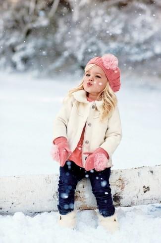 Cómo combinar: abrigo blanco, jersey rosado, vaqueros azul marino, botas blancas