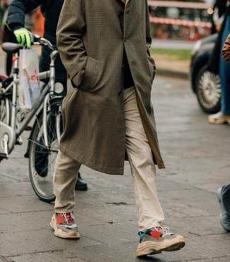 Cómo combinar: abrigo largo a cuadros marrón, pantalón chino en beige, deportivas en multicolor