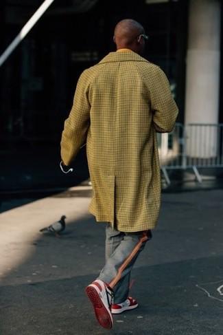 Cómo combinar: abrigo largo a cuadros mostaza, pantalón de vestir de tartán gris, tenis en rojo y blanco