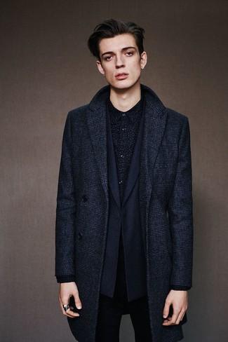 Cómo combinar: abrigo largo de tartán azul marino, blazer azul marino, camisa de manga larga estampada negra, vaqueros pitillo negros