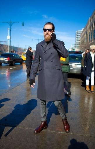 Cómo combinar: abrigo largo azul marino, jersey de cuello alto negro, pantalón de vestir gris, botas casual de cuero burdeos