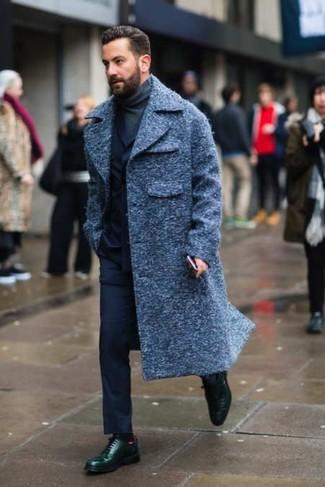 Cómo combinar: abrigo largo azul marino, traje azul marino, jersey de cuello alto en gris oscuro, zapatos derby de cuero verde oscuro