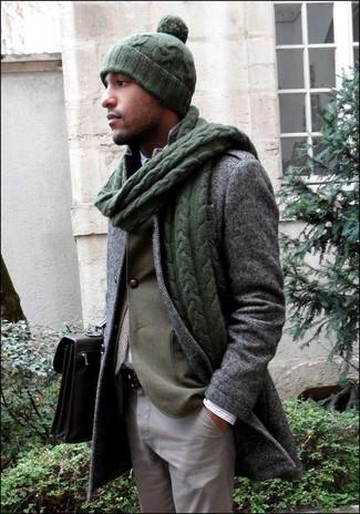 Cómo combinar: abrigo largo de espiguilla gris, blazer verde oliva, camisa de manga larga a cuadros blanca, pantalón chino gris