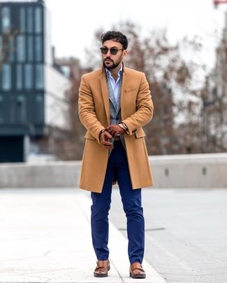 Cómo combinar: abrigo largo marrón claro, blazer de tartán gris, camisa de manga larga celeste, pantalón de vestir azul marino