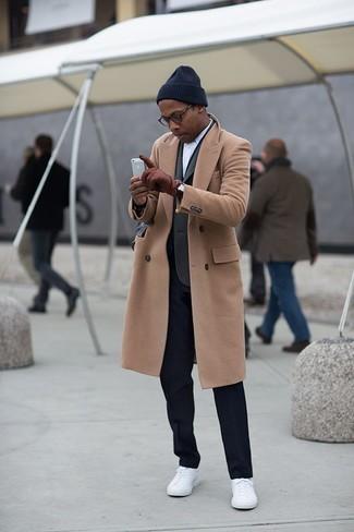 Cómo combinar: abrigo largo marrón claro, blazer en gris oscuro, camisa de manga larga blanca, pantalón de vestir negro