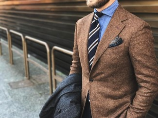 Cómo combinar: abrigo largo en gris oscuro, blazer de lana marrón, camisa de vestir de cambray azul, corbata de rayas verticales negra