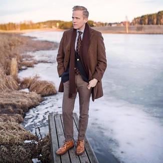 Cómo combinar: abrigo largo marrón, blazer azul marino, camisa de vestir gris, pantalón de vestir de lana de tartán marrón