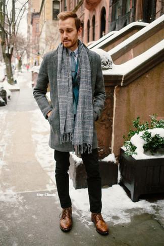 Cómo combinar: abrigo largo gris, blazer en verde azulado, camisa de vestir gris, pantalón chino negro