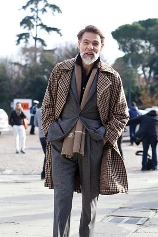 Cómo combinar: abrigo largo de cuadro vichy marrón, blazer en gris oscuro, camisa de vestir negra, pantalón de vestir en gris oscuro
